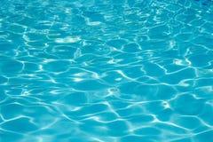 在游泳的poo的美好的蓝色波动图式 免版税库存图片