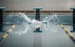 在游泳者跳后,飞溅 库存图片