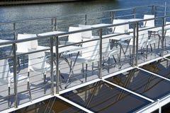 在游船甲板的咖啡馆桌  免版税库存图片