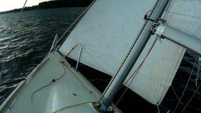 在游艇上以由于风的大斜面 股票视频