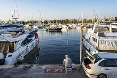 在游艇中的渔夫在Alimos小游艇船坞在雅典,希腊 库存图片