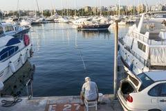 在游艇中的渔夫在Alimos小游艇船坞在雅典,希腊 免版税库存图片