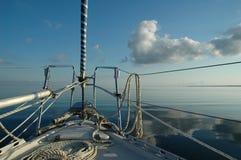 在游艇之下的豪华风帆 库存照片