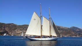 在游艇之下的风帆 免版税图库摄影