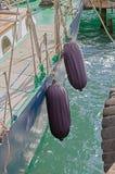 在游艇俱乐部的一条游艇 免版税库存照片