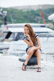 在游艇俱乐部附近的美丽的女孩 免版税图库摄影