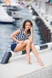 在游艇俱乐部附近的美丽的女孩 库存照片