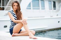 在游艇俱乐部附近的美丽的女孩 免版税库存图片