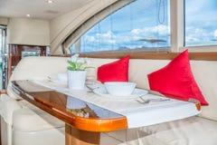 在游艇内部的豪华午餐桌设置 库存图片