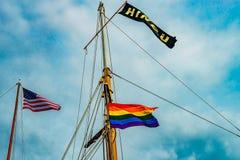 在游艇帆柱的三面旗子在Provincetown& x27;小游艇船坞,马萨诸塞 库存照片