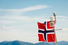 在游艇帆柱的挪威旗子 库存照片