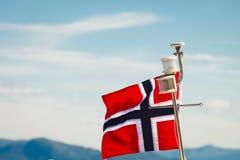 在游艇帆柱的挪威旗子 免版税库存照片