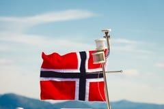在游艇帆柱的挪威旗子 库存图片