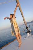 在游艇甲板的女孩跳舞  免版税库存图片