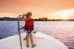在游艇的孩子风帆在海 在小船的儿童航行 图库摄影