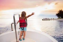 在游艇的孩子风帆在海 在小船的儿童航行 免版税图库摄影