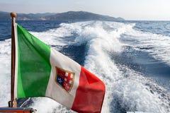 在游艇的意大利旗子 Argentario,意大利海岸 库存图片