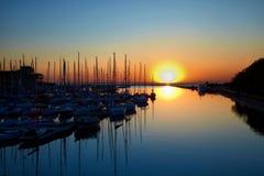 在游艇港口的日落 库存照片