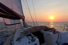 在游艇的日落 库存图片