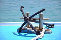 在游艇的船锚 免版税库存图片