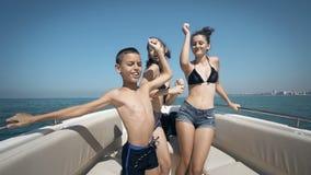 在游艇的青少年跳舞 股票视频