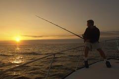 在游艇的年轻人渔 免版税库存照片