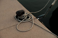在游艇的绳索有木细节的 库存照片