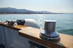 在游艇的系船柱 免版税库存照片