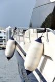 在游艇边的浮游物 免版税库存照片
