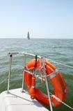 在游艇边的Lifebuoy 安全海步行的概念 免版税库存图片