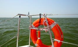 在游艇边的Lifebuoy 安全海步行的概念 库存图片