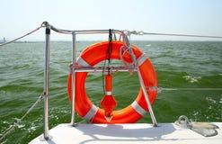 在游艇边的Lifebuoy 免版税库存照片