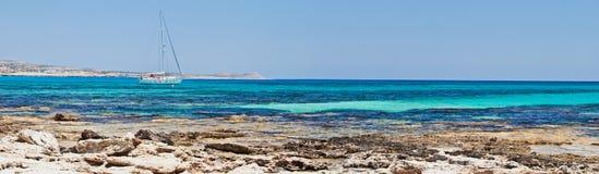 在游艇附近的海湾海岸塞浦路斯 免版税库存照片