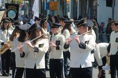 在游行前的英式铜管乐队前排练 库存照片