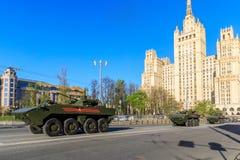 在游行庆祝的装甲运兵车飞旋镖致力于72胜利天周年  库存图片