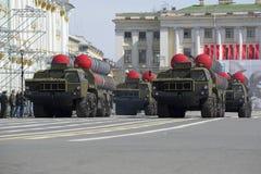在游行排练的四个导弹发射装置防空导弹系统S-300PM以纪念胜利天在圣彼德堡 免版税图库摄影