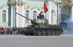 在游行排练的坦克T-34-85以纪念胜利天 彼得斯堡圣徒 库存图片