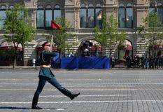 在游行期间的一条线战士在巨大爱国战争中致力了胜利在红场 图库摄影