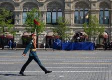 在游行期间的一条线战士在巨大爱国战争中致力了胜利在红场 免版税图库摄影