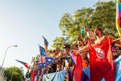 在游行期间的参与跳舞,移动旗子 图库摄影