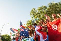 在游行期间的参与跳舞,移动旗子 免版税图库摄影