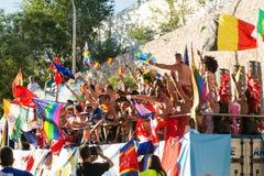 在游行期间的参与跳舞,移动旗子 免版税库存图片