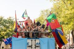 在游行期间的参与跳舞,移动旗子 库存照片