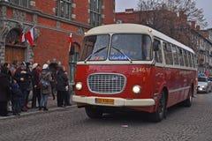 在游行期间的葡萄酒波兰公共汽车 库存图片
