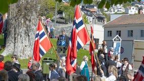 在游行期间,挪威人拿着大旗子 图库摄影