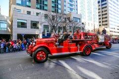 在游行的古色古香的梯子消防车 免版税库存图片