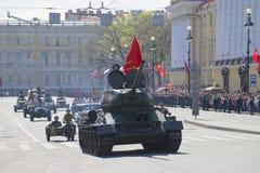 在游行的坦克T-34以纪念胜利天 库存图片