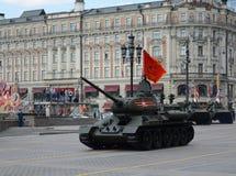 在游行的排练的中型油箱T-34-85致力了胜利天 免版税库存照片