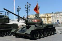 在游行的排练的中型油箱T-34-85致力了胜利天 免版税库存图片