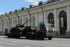 在游行的排练的期间运输中型油箱T-34-85 免版税图库摄影